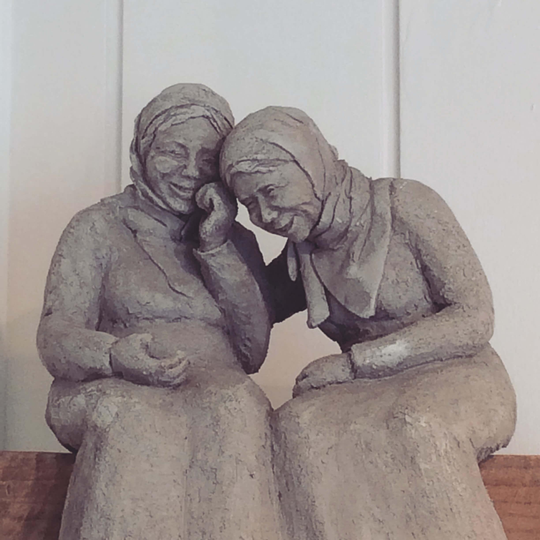 Le rire: deux vieilles dames complices