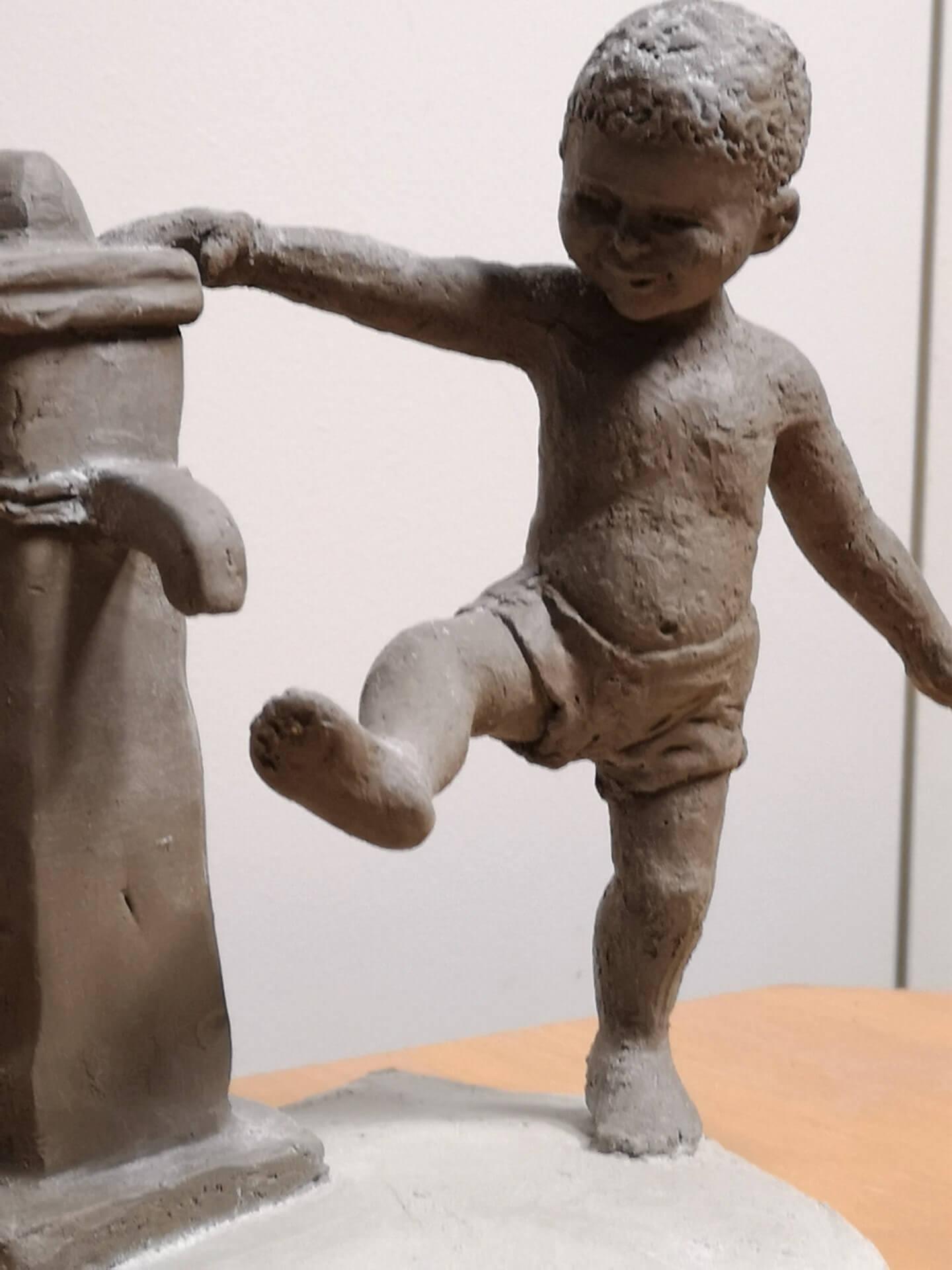 Petit garçon à la fontaine