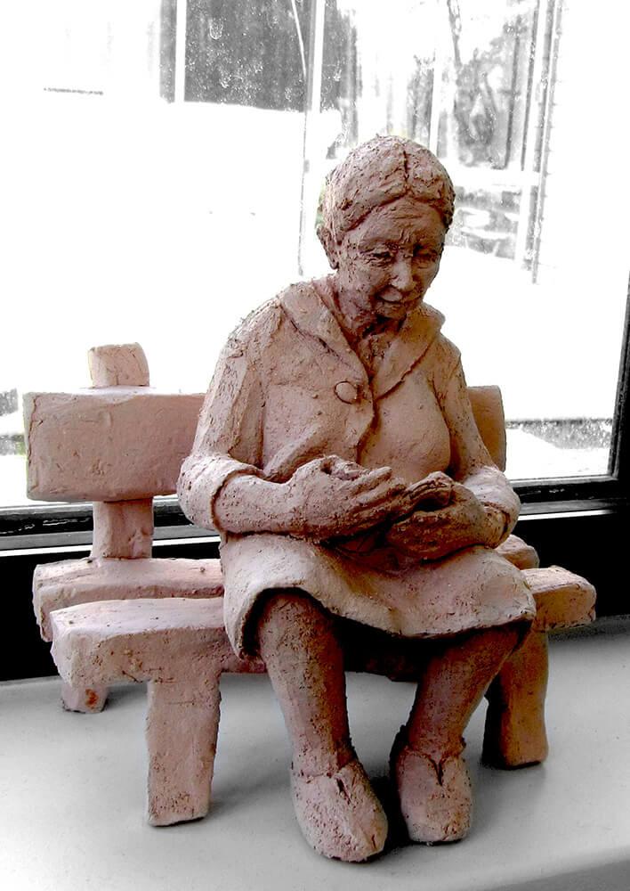 Lecture vielle dame sur le banc (roman)